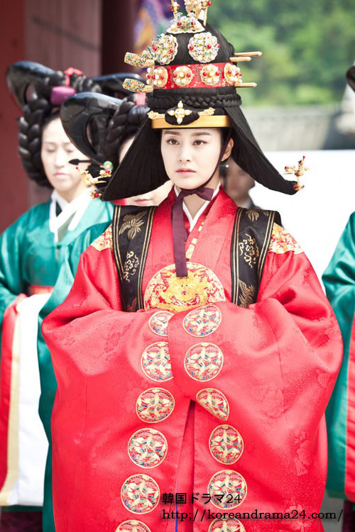 キムテヒ主演ドラマ!韓国ドラマ チャンオクチョン愛に生きる19話スチール映像!大礼服を着ていよいよ中殿の席に上がるチャンオクチョン(キムテヒ)の中殿即位式現場写真が公開された。