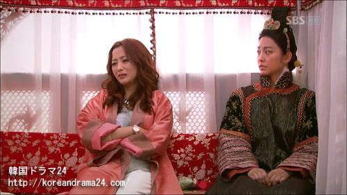 韓国ドラマ シンイ-信義-あらすじ3話中、ケソン(開城)に向かう馬車の中のユ・ウンス(キム・ヒソン)、ノグク公主(パク・セヨン)動画キャプチャ