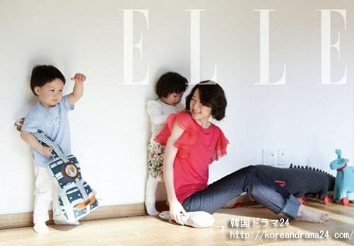 夫と自分のそっくりの双子との幸せな時間を過ごしているイ・ヨンエの家族写真