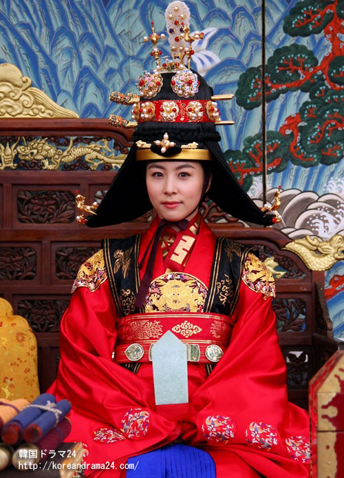 世子嬪に登極するキムハウンの魅力的な即位式写真!
