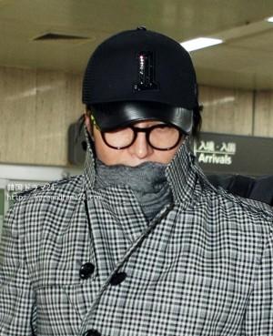 韓流俳優 ペ・ヨンジュン 黒のカップル帽子をかぶって羽田空港で帰国